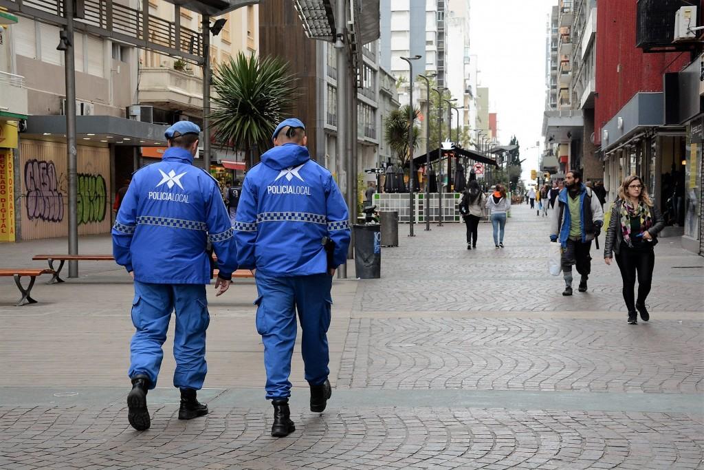 Le roban las armas a dos policías, las amenazan y escapan